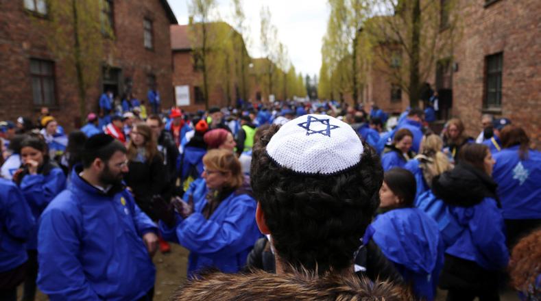 Anualmente en honor a los millones de judíos que murieron durante el Holocausto, numerosos grupos de personas de todo el mundo llegan hasta Polonia e Israel para estudiar los días y lugares más oscuros del siglo XX.