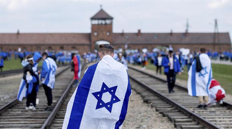 La jornada principal en el campo de exterminio, es una silenciosa caminata por los tres kilómetros que unían Auschwitz y Birkenau.