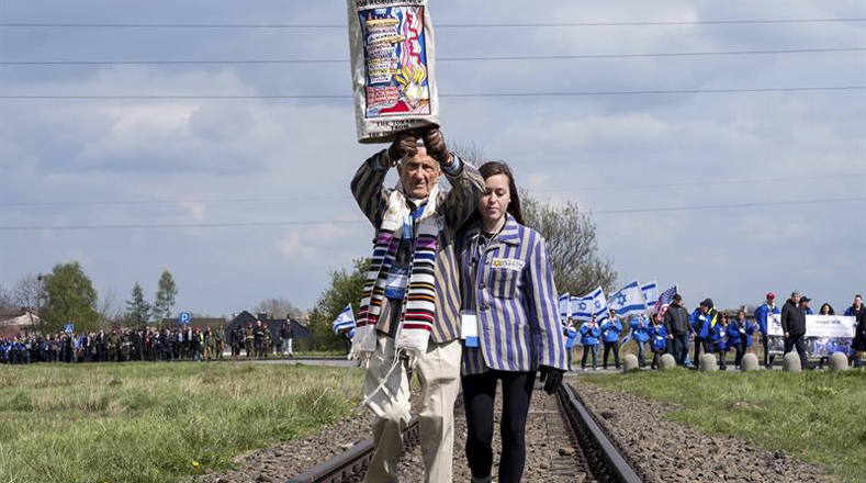 En Auschwitz, Polonia además de la caminata silenciosa realizó una ceremonia.