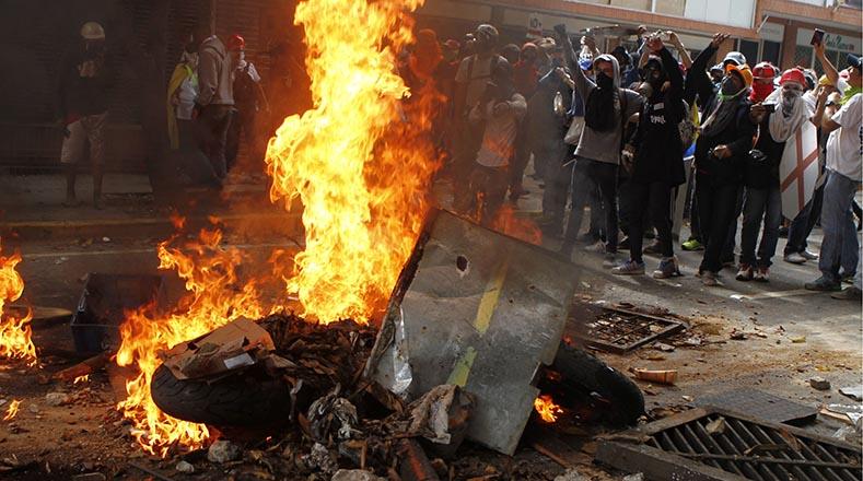 Grupos violentos de la oposición levantaron barricadas.