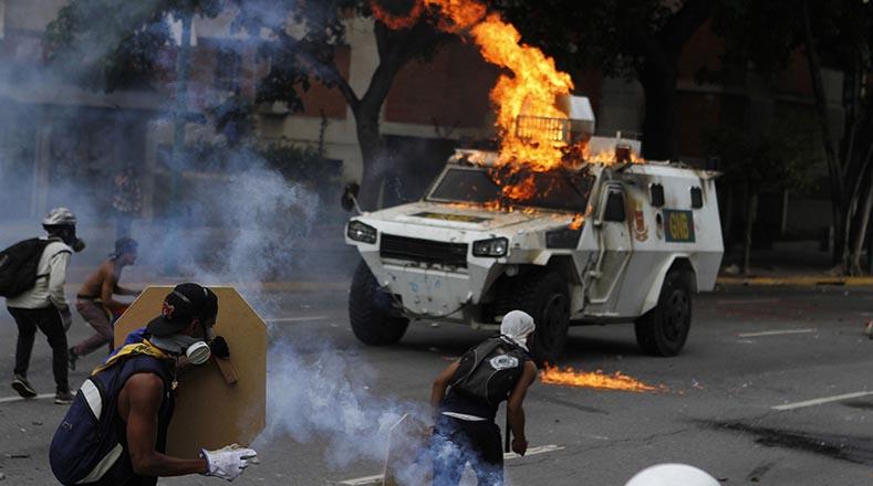 Un vehículo de la Guardia Nacional Bolivariana fue incendiado.