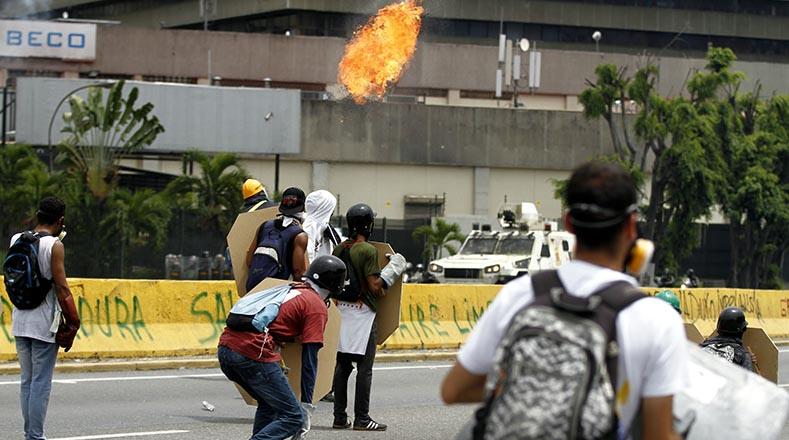 """Las marchas """"pacíficas"""" convocadas por dirigentes de la oposición terminan en hechos vandálicos."""