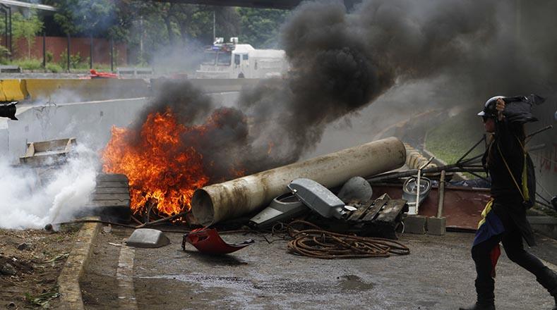 """Caos, cierre de vías y quema de cauchos, forman parte de las protestas """"pacíficas"""" de la oposición."""