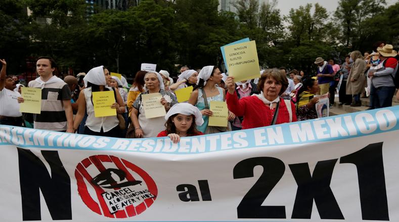 """Personas ataviadas con pañuelos blancos, como símbolo de apoyo popular a las Madres y Abuelas de la Plaza de Mayo, quienes leyeron un manifiesto en el que dejaron claro de nuevo que los familiares de los desaparecidos durante la última dictadura """"ni olvidan, ni perdonan""""."""