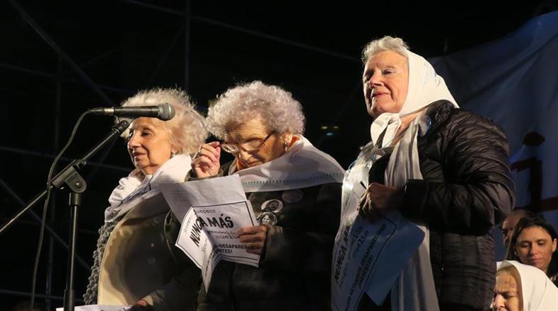 La intervención de la titular de Abuelas de Plaza de Mayo, Estela de Carlotto, estuvo teñida de los gritos de la multitud asistente que retumbaron en la plaza cuando leyó los nombres de los represores de la dictadura que podían verse beneficiados por el 2x1.