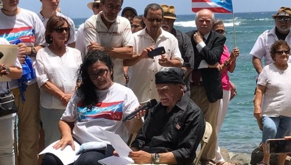 Oscar Lopez Rivera next to his daughter Clarissa Lopez (L) during a press conference in San Juan, May 17, 2017.