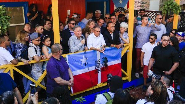 López Rivera (c) junto a su hermano José (c-i) y el congresista Luis Gutiérrez (c-d).