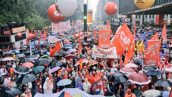 """La lluvia no impidió que los miles de manifestantes se reunieran frente al museo de Arte Moderno de Sao Paulo (Masp) para gritar a una sola voz """"Fora Temer""""."""