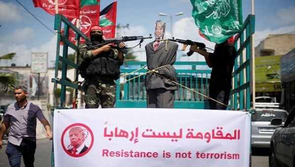 Militants from the PFLP aim their weapons at an effigy depicting Trump in Gaza City, May 23, 2017.