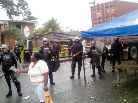 Los pobladores de Buenaventura aseguran que la respuesta que reciben del Estado a sus demandas es represión del Esmad.