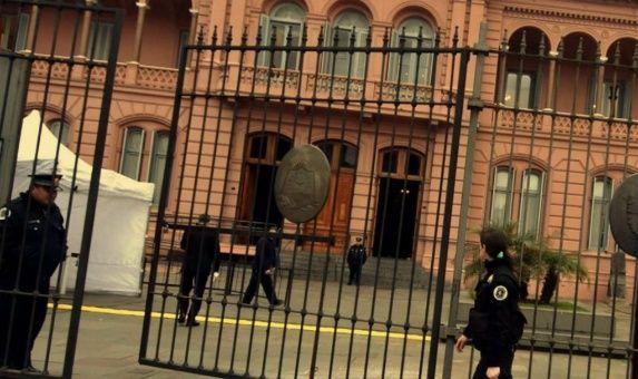 Allanan oficinas de la casa rosada por denuncias contra for Oficina de denuncias