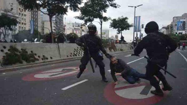 21d717bf21 Policía argentina reprime protesta pacífica en reclamo de ayuda ...