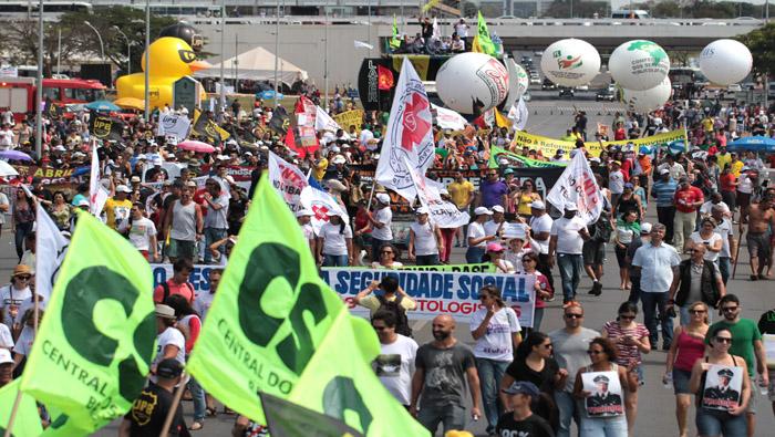 Brasileños van a huelga general contra políticas de Temer