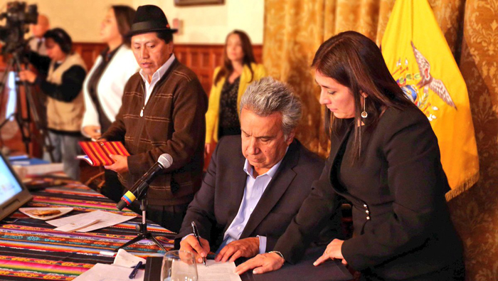 Moreno firma nuevo indulto a favor de indígenas en Ecuador
