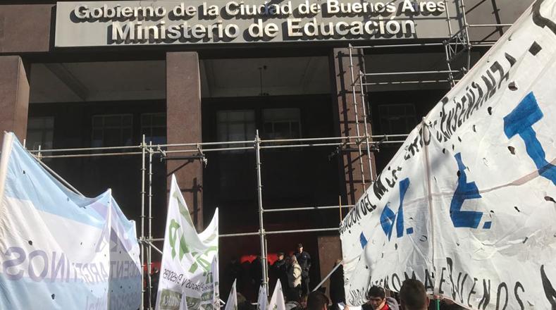 Además de una demanda en la mejora contractual, los maestros piden más presupuesto para el sector educativo.