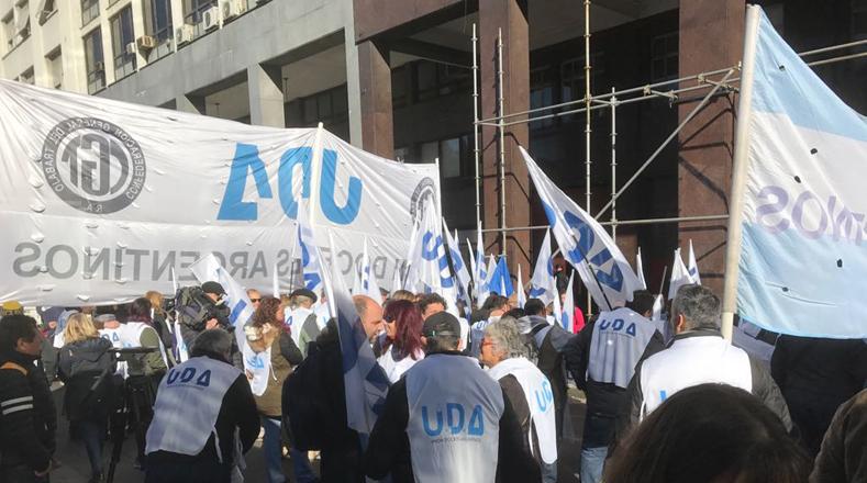Los maestros también realizarán una movilización que iniciará desde el Ministerio de Educación porteño, situado en el Paseo Colón, hasta la Legislatura de Buenos Aires.