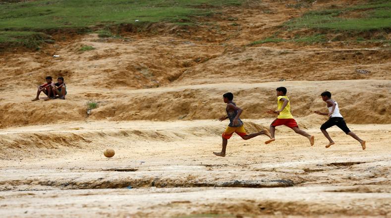 Los rohingya son un grupo musulmán de Rakhine que llega a los 1.1 millones de comunidades de refugiados más pequeñas en Bangladesh, Tailandia y Malasia.