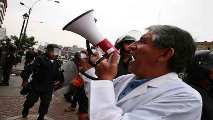Los manifestantes instalaron una carpa itinerante como muestra de las condiciones que afectan a los profesionales de la salud.