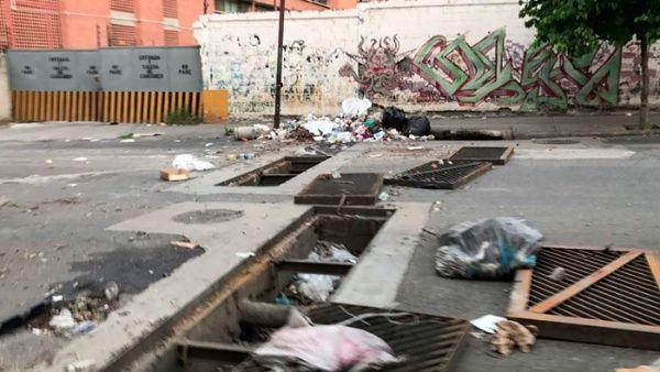 El este de la ciudad capital amaneció lleno de escombros y basura, debido que las autoridades del municipio no se responsabilizan por lo ocurrido.