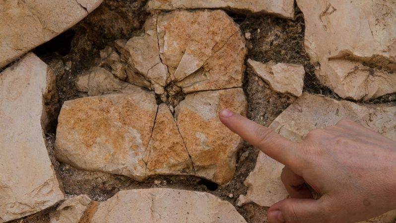 En el paredón de piedra frente a las fosas todavía se pueden ver los disparos de los fusilamientos.