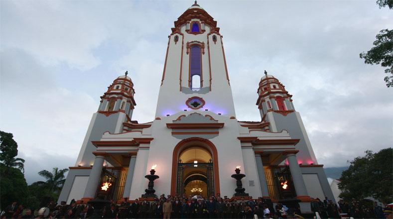 El Panteón Nacional queda en la Avenida Panteón, parroquia Altagracia, cerca de la Biblioteca Nacional de Venezuela.
