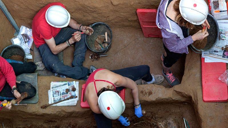 Los voluntarios de la ARMH en pleno trabajo de exhumación.