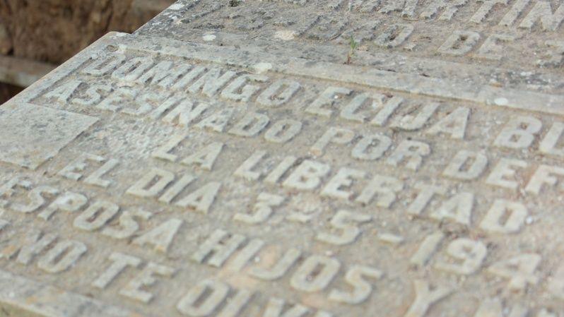 """""""Asesinado por defender la libertad"""", una de las lápidas de las fosas comunes."""