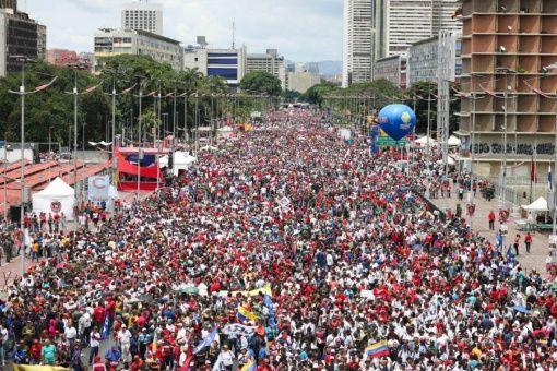 El pueblo venezolano se movilizó este jueves hasta la avenida Bolívar de Caracas para acompañar al presidente Nicolás Maduro en el cierre de campaña de la Constituyente.