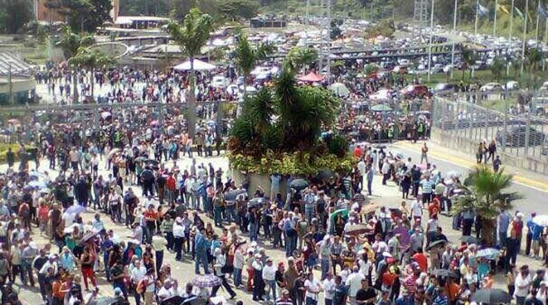 """""""Confío en que la instalación de la Asamblea Nacional Constituyente (ANC) abra un contacto de diálogo político sincero entre todos los sectores"""", expresó el ministro de Comunicación de Venezuela, Ernesto Villegas luego de ejercer su derecho al voto este domingo."""
