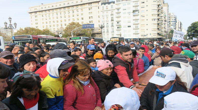 Militantes y familias que asisten a comedores comunitarios de distintas zonas de la provincia de Buenos Aires se movilizaron hasta la Capital Federal para participar de las ollas populares que se instalaron en distintos espacios públicos.