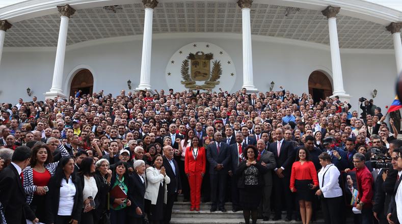 Posteriormente, se reunieron a las afueras del Palacio Legislativo para compartir con el pueblo que los esperaba.