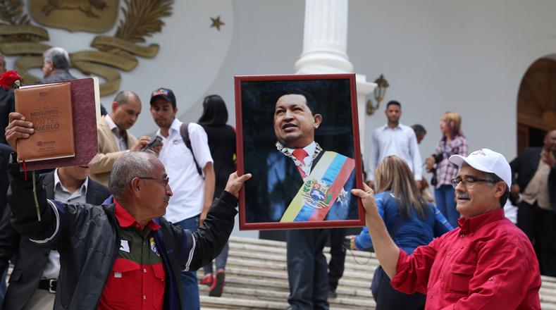 Ingresaron a las instalaciones con imágenes enmarcadas del expresidente Hugo Chávez Frías.