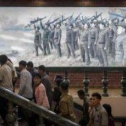 Un cartel de propaganda muestra a militares del Ejército Coreano Popular (KPA), en un museo en Sinchon, al sur de Pyongyang