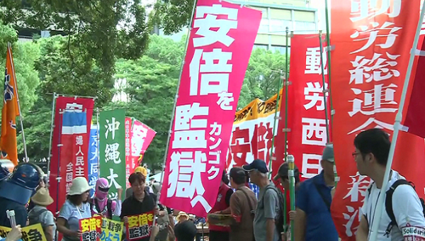 People protests outside Hiroshima Peace Memorial Park against Prime Minister Abe.