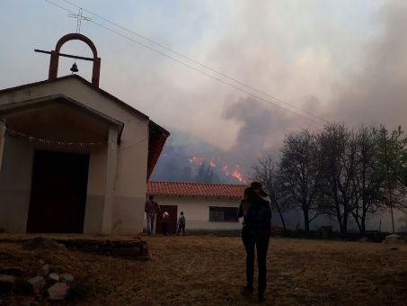 El Gobierno boliviano desplegó helicópteros y personal militar a la zona, en tanto autoridades locales han desplazado cisternas y funcionarios para ayudar a las comunidades que están cerca a las llamas.