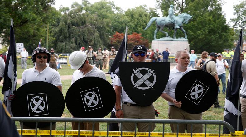 La protesta denominada Unite the Right congregó a activistas de extrema derecha que se expresaron en contra de la demolición de la estatua de Robert E. Lee, el general que encabezó los ejércitos de los Estados Confederados de América durante la Guerra de Secesión.