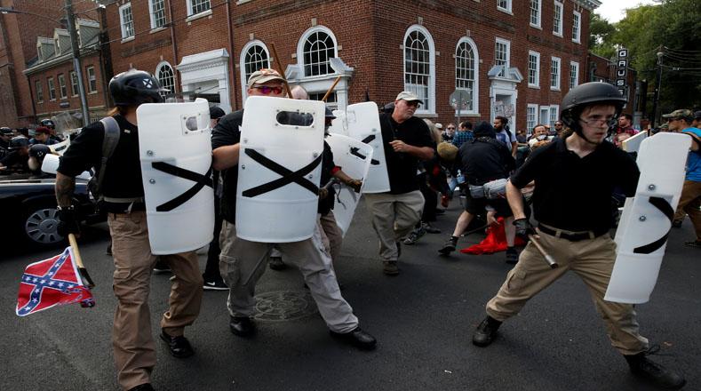 """Los choques subrayan el resurgimiento de movimiento supremacista blanco bajo el alero de """"alt-right"""", después de años en las sombras de la política estadounidense."""