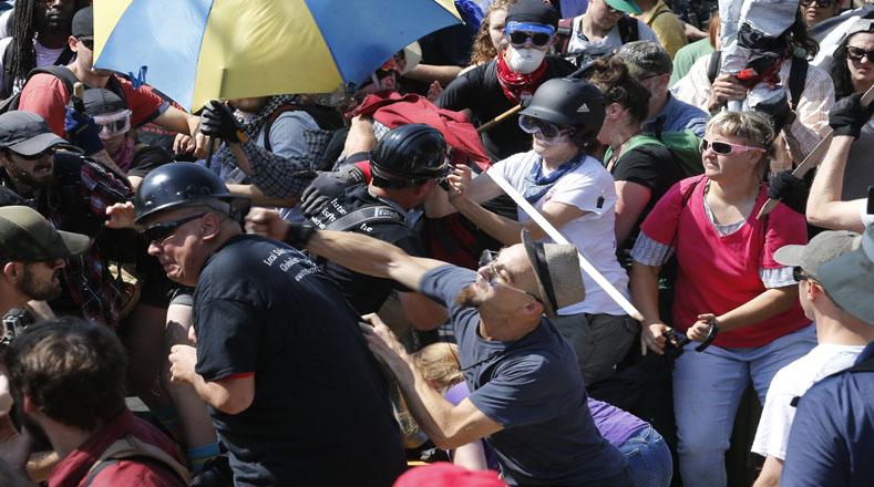 Otra manifestación se llevó a cabo en contra de la presencia de la estatua en la ciudad, y el encuentro derivó en fuertes enfrentamientos entre ambos grupos.