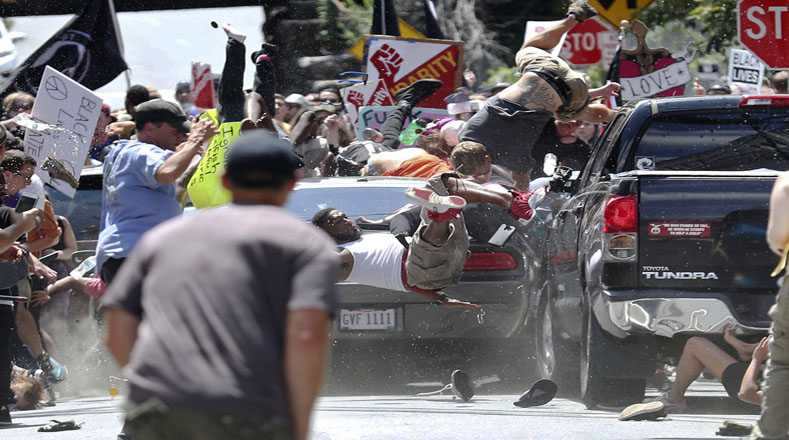 Un automóvil que viajaba a alta velocidad embistió a una multitud y dejó una persona y al menos 19 heridos.