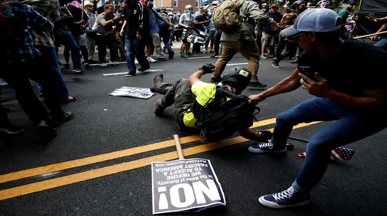 """""""Ustedes no nos borrarán"""", gritó una multitud de nacionalistas blancos, mientras sus detractores portaban letreros que decían """"váyanse a casa, nazis"""" y """"aplasten a la supremacía blanca""""."""