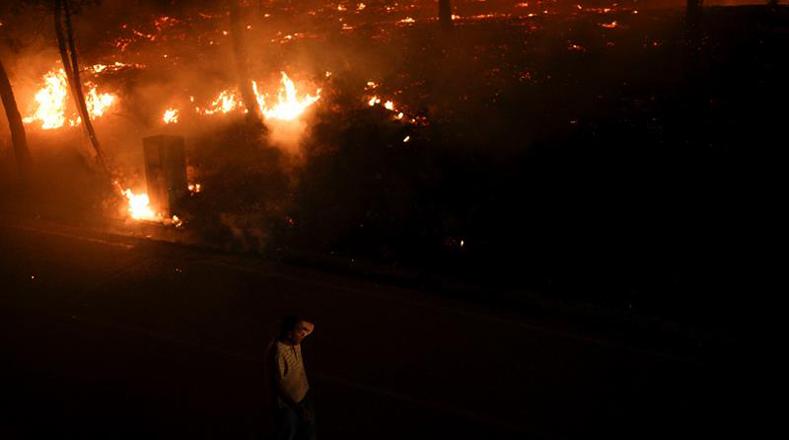 Las autoridades informaron que trabajan un total de 3.363 bomberos en las labores para apagar las llamas.
