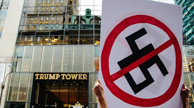 """""""Vine aquí a expresar mi rabia por su negativa a denunciar el nazismo en Estados Unidos y la extrema derecha y los movimientos racistas. Sentí que debía estar aquí, frente a su hogar"""", dijo el músico Ryan Egan, un joven neoyorquino de 28 años."""
