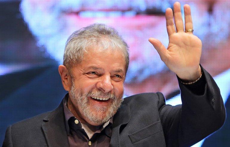 """""""Los golpistas pagarán con la misma moneda por haber truncado la democracia y haber echado una presidenta elegida democráticamente"""", dijo Lula en el acto inicial de su gira."""