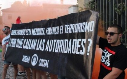 Spanish right-wingers stood outside the Greater Mosque of Granada, demanding its closure.
