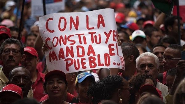 "Venezuelans in support of the ANC with a sign that reads, ""With the constituent, the people rule."""