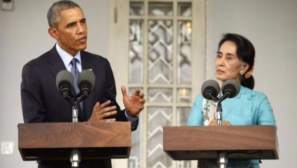 Aung San Suu Kyi (R) holds a press conference with fellow Nobel Peace Prize recipient, former U.S. President Barack Obama (L).