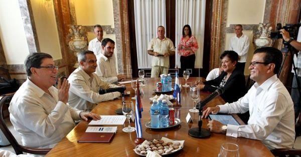 Los diplomáticos se reunieron para fortalecer las relaciones comerciales entre ambos países.