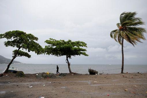 El rumbo del ciclón indica que impactará el domingo por la mañana en el extremo sur de la península de la Florida.