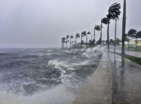 Irma se mueve hacia el norte-noroeste a cerca de 24 kilómetros por hora.