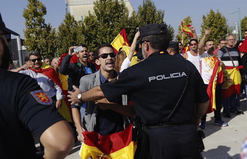 Denuncian que el PP ha trasladado a los agentes policiales a Barcelona y ha desprotegido a los cargos electos presentes en la Asamblea de Unidos Podemos.